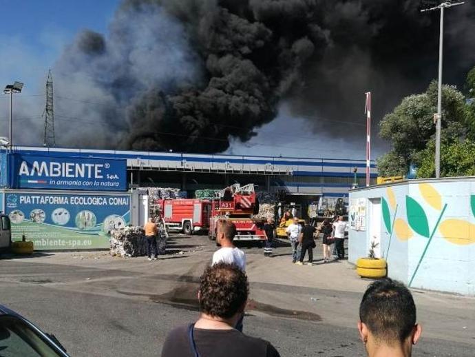 Incendio, rientra parzialmente allarme: al via le revoche delle ordinanze restrittive