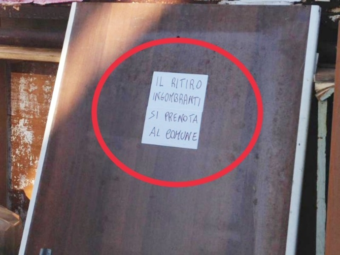 San Vitaliano, adesivi con frasi incollati sui rifiuti depositati per strada: sapete perchè?
