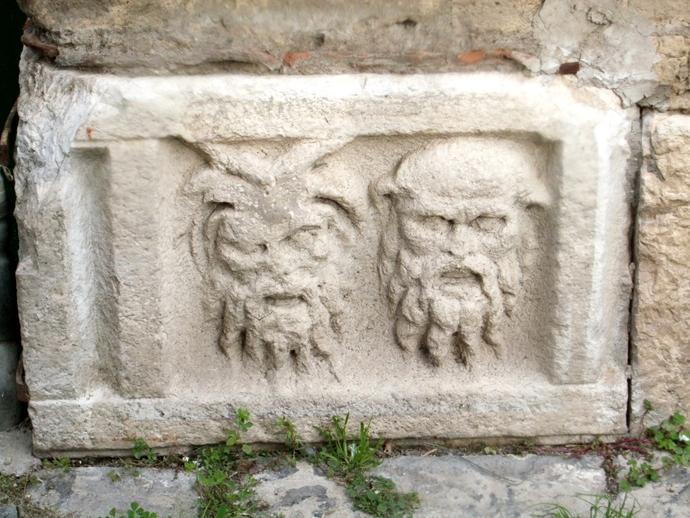 San Vitaliano, storia e cultura: le maschere romane di via Ariosto