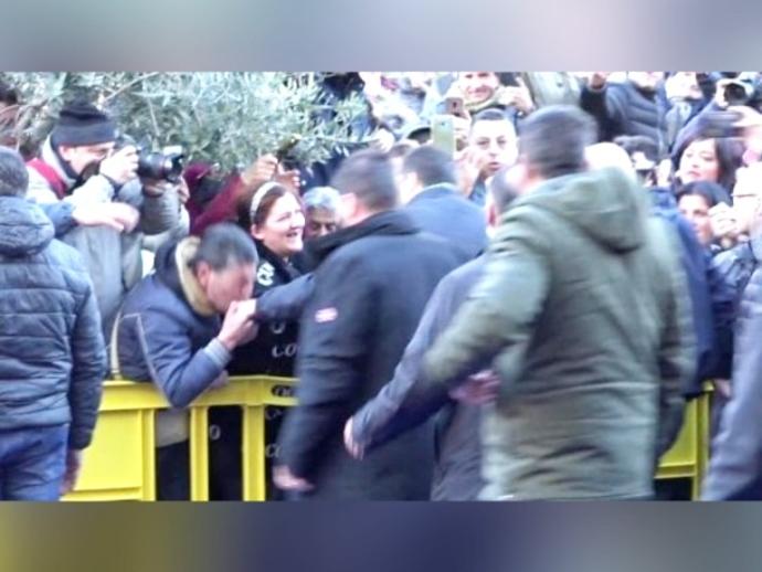 Il baciamano a Salvini