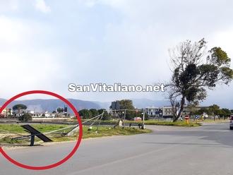 San Vitaliano, insegna piegata dal vento: attenzione su via Nazionale