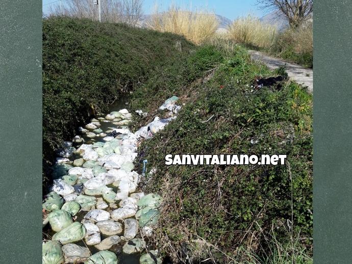San Vitaliano, disastri ambientali: un fiume di bustoni tessili nei Regi Lagni