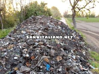 San Vitaliano, sommersi da cumuli di rifiuti già bruciati: 3 in pochi giorni ed a pochi metri