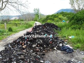 San Vitaliano, rifiuti incendiati e scaricati:scovati i responsabili grazie a ispezioni e telecamere
