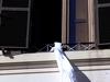 San Vitaliano, 22enne segregata in casa fugge calandosi dalla finestra: compagno a Poggioreale