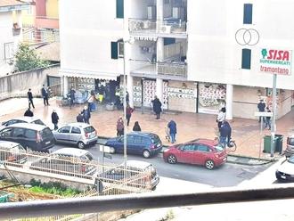 San Vitaliano, folla davanti alle realtà commerciali: i supermercati non chiuderanno!