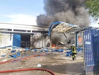 Esplosione fabbrica a Ottaviano, colonna di fumo in cielo: restate dentro e chiudete le finestre
