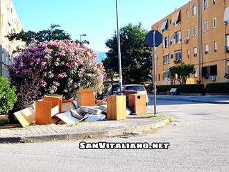 San Vitaliano, via Green: intero mobilio scaricato in strada