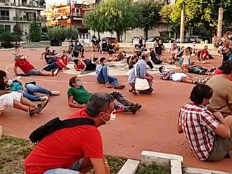 San Vitaliano cade al suolo come foglie morte: il Flash Mob in piazza per l