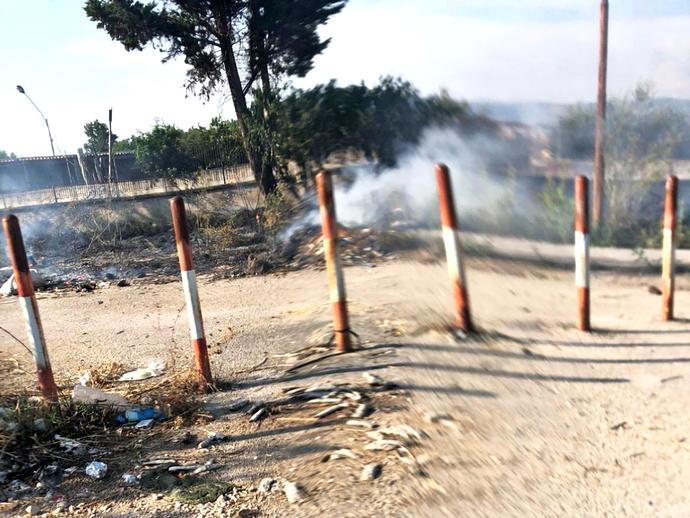 San Vitaliano, a fuoco le sterpaglie del parcheggio della Circumvesuviana
