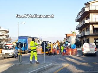 San Vitaliano, la rotonda innanzi al Ristorante Il Cavallino: ci siamo quasi...