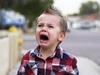 Bimbo piange in strada a piedi nudi: aiutate mamma!