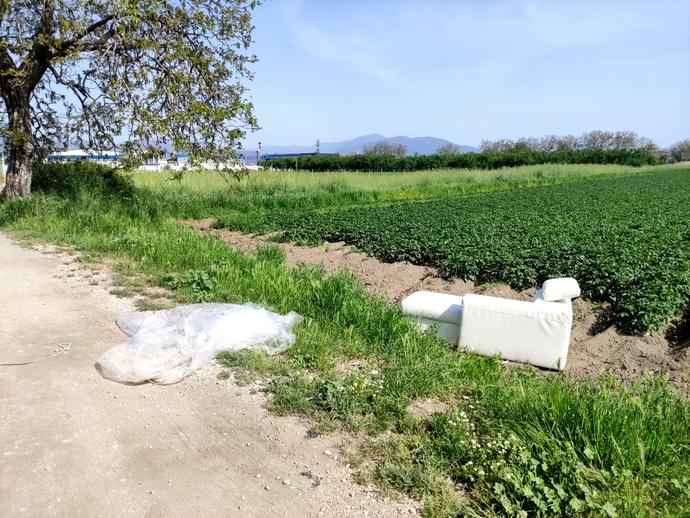 San Vitaliano, divani abbandonati nei campi coltivati
