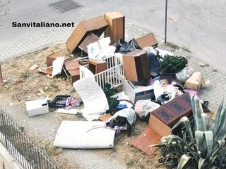 San Vitaliano, restaura casa e getta tutto in strada: nel 2021 facciamo ancora ste cose?