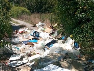 San Vitaliano, sversano su via Masseria Sottile: sanzionati per 600 euro e condannati a pulire